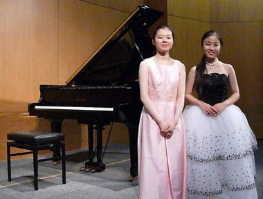 Die Pianistinnen Nozomi Shinozaki und Tomoko Matsuzaka